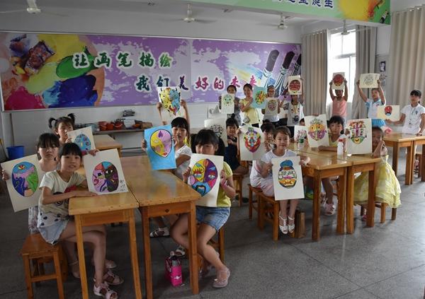 美术班的学生展示教学成果 谢少杰摄