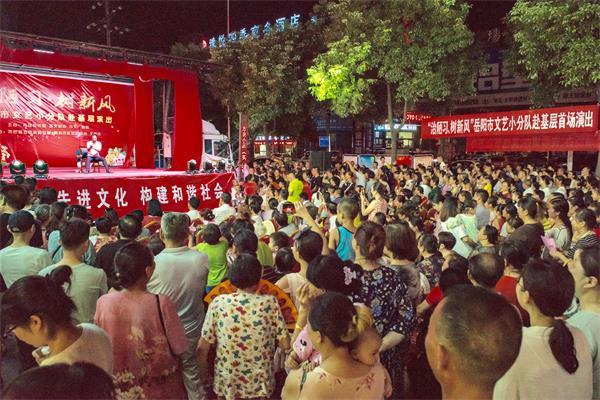 文艺小分队的精彩演出吸引了近千名市民驻足观看.