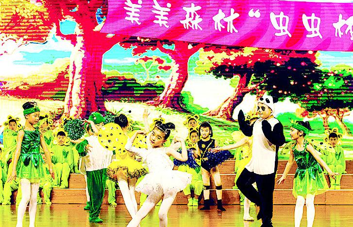 台上,精美led背景下,一位森林爷爷带着一群翠绿的小树苗苗在小蝴蝶,小