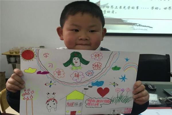 """岳阳:""""大"""",""""小""""学生携手制作学雷锋手抄报"""